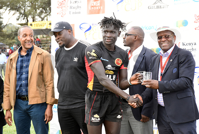 aron fwoyrwoth receives the manofthematch mug from enya ugby nion chairman ichard mwella hoto by ohnson ere