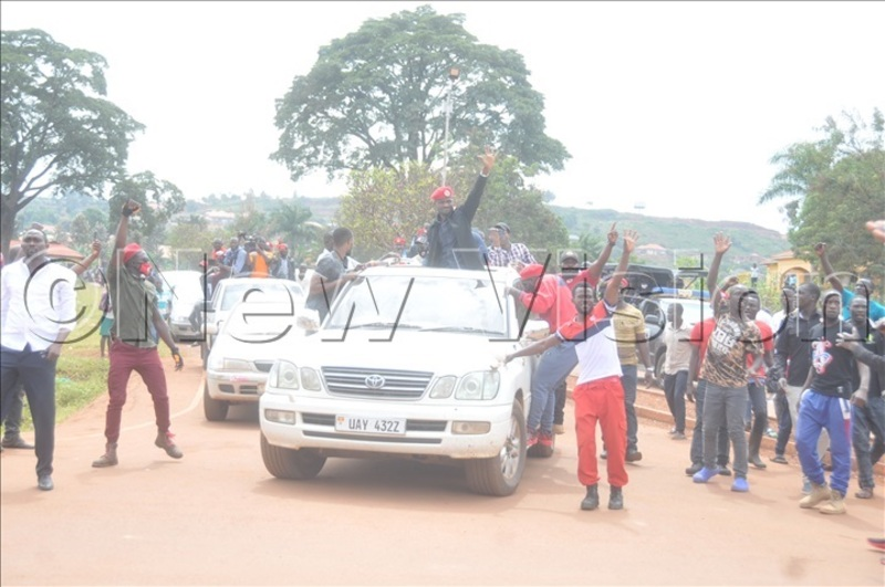 Police battles Bobi Wine supporters in Bugembe town council.