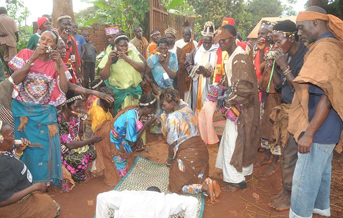 baswezi welcoming sabakubirizza salongo ukasa utyaba centre with hat hoto by onald iirya