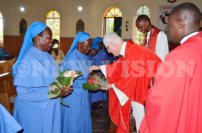 he wanda isters presenting offertory to r illman during mass