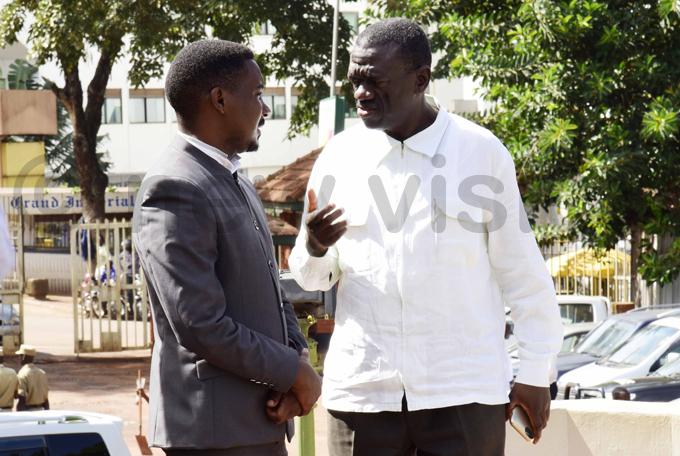 ewanyana talks to former  president izza esigye at court hoto by ennedy ryema