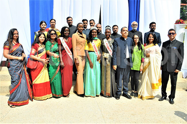 iss ganda liver akakande 5th left hri avi hankar 4th right and other members of the ndian community pose for a picture