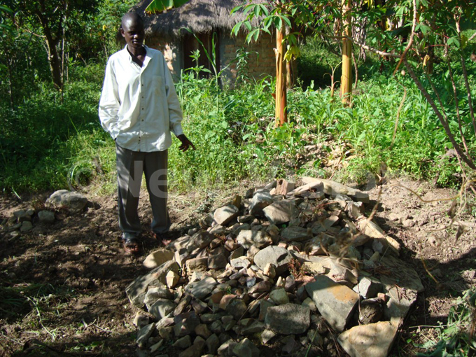 iganda standing near olodiyani ivumbis grave