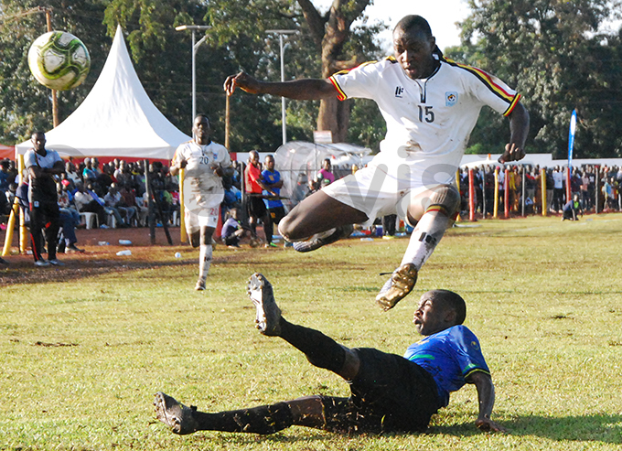 triker sma ugulusi escapes a tackle from a anzanian defender hoto by enis jwee