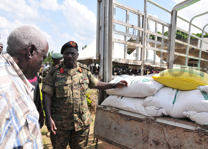 en atumba amala receives the ftar package from the uslim community at the army headquarters in ombo hoto by eter usomoke