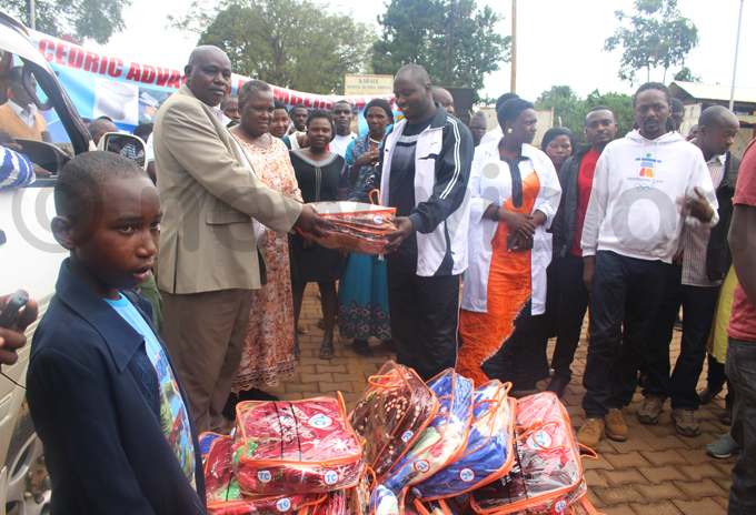 abale ospital administrator receiving blankets from aryayanga hoto by ob amanya