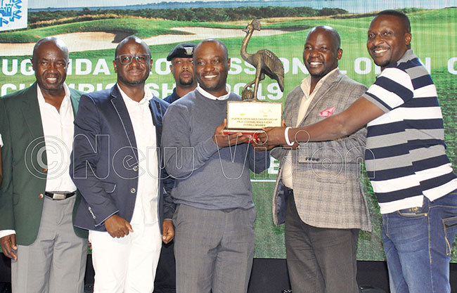 ambias adalisto uthiya receives the astle ite ganda pen professionals trophy from inister iwanda suubi 2nd right after the tournament at the ake ictoria erena olf esort ept 14 2019