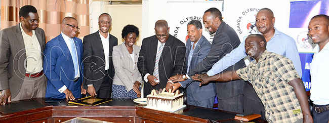 hairman onald ukare center  president illiam lick mbrose ashobya and some association heads cut a cake as they celebrate ukares appointment at  offices ebraury 17 2020