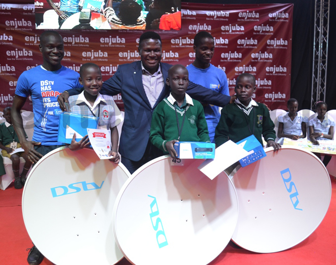 orbert ao poses with pupils who won individual awards