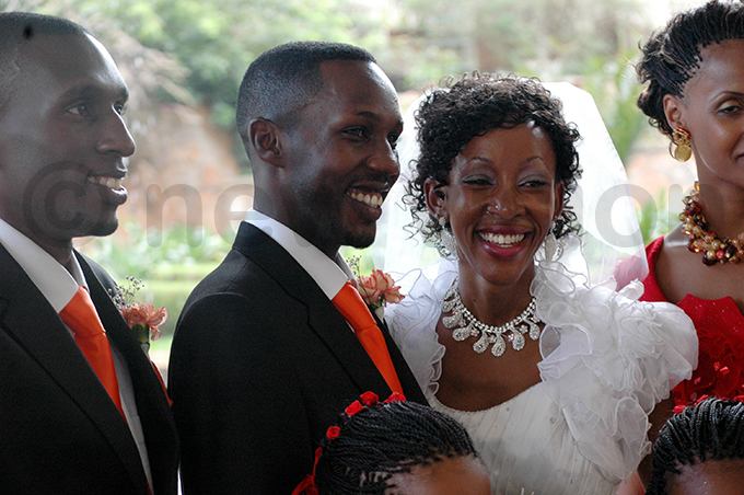 omedian enneth imuli aka ablo and aren asahya at their wedding at the olf ourse otel poolside