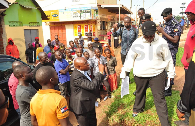 sangi unicipality mayor ajji bdul iyimba in suit clashes with the bailiffs hoto by onsiano simbi