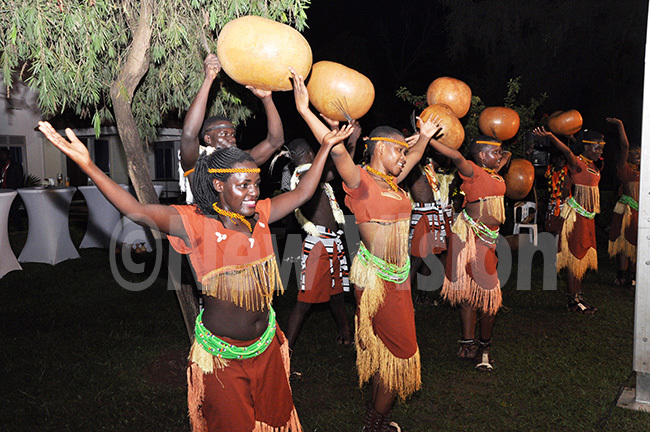 dere roupe entertains hief ustices during a dinner at the hief ustices residence at akasero ill hoto by uliet asirye