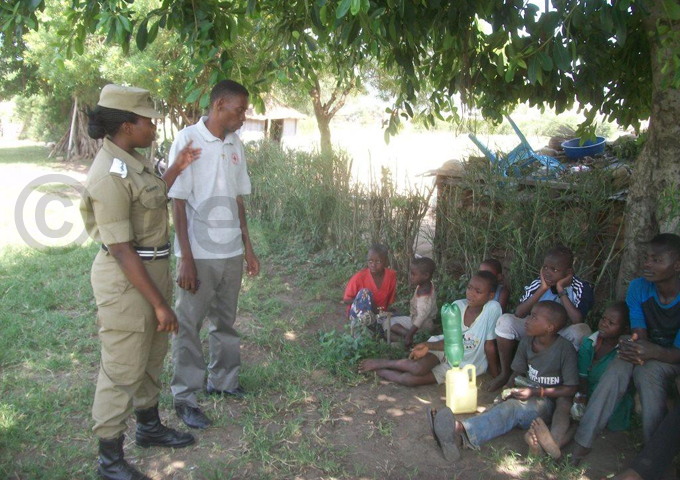 ocal leaders and police counselling the children hoto by ilson siimwe