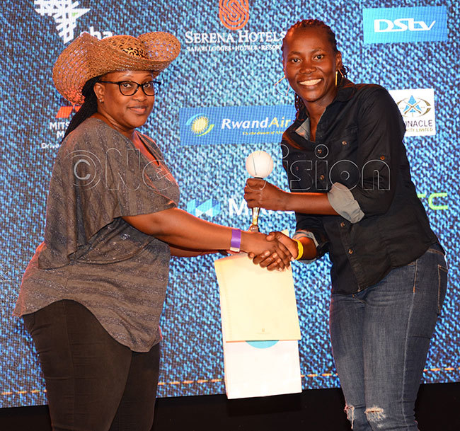 erena otels ales xecutive astine atusabe left presents prizes to adies roup  winner rene akalembe after the ingleton ound of 32 at ntebbe lub arch 14 2020 hotos by ichael subuga
