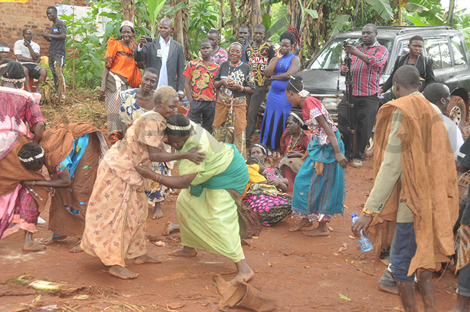ome of the baswezi taking part in rituals  hoto by onald iirya