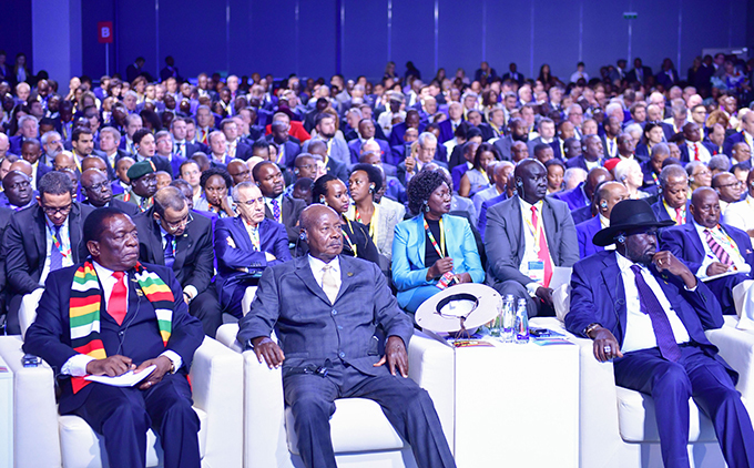 resident useveni centre with resident mmerson nangagwa of imbabwe left and resident alva iir of outh udan during the opening ceremony of the summit  hoto