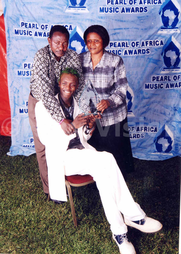 hameleone won the first rtiste of the ear award in 2003 and here posed with bis father and mother