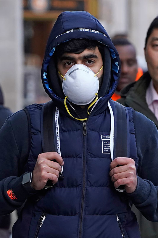 pedestrian is seen wearing a surgical face mask on egents treet in central ondon on ebruary 27 2020  uropean and  stock markets slumped heavily again hursday as new coronavirus infections spread outside hina round 2800 people have died in hina and more than 80000 have been infected here have been more than 50 deaths and 3600 cases in dozens of other countries raising fears of a pandemic hoto by iklas