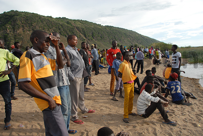elatives of the missing people following undays accident gathered at the shores of ake lbert in ofo landing site in useruka subcounty as the search operation continues hoto by obert tuhairwe