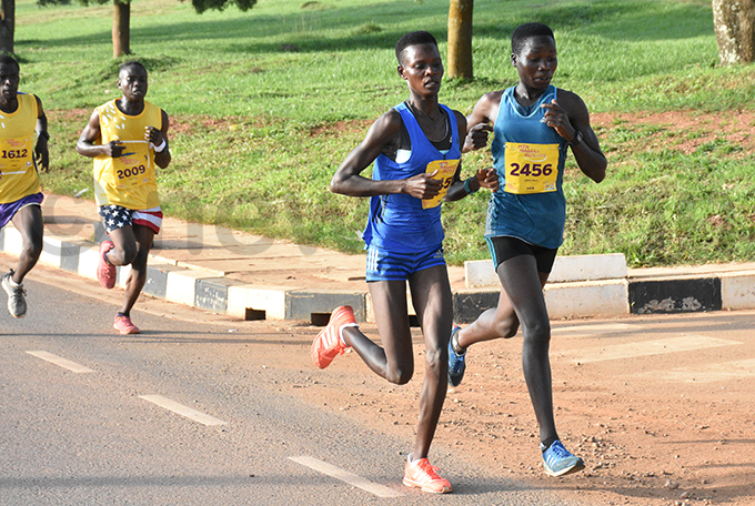 oreen hemutai left battles mmy hebet during the run in asaka hoto by ohnson ere
