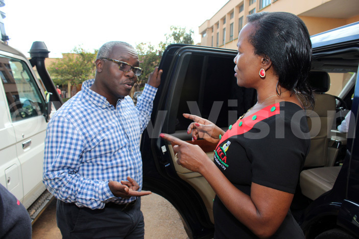 executive director ennifer usisi emakula chatting with ision roup   obert abushenga at ision roup head office on eptember 29 2016