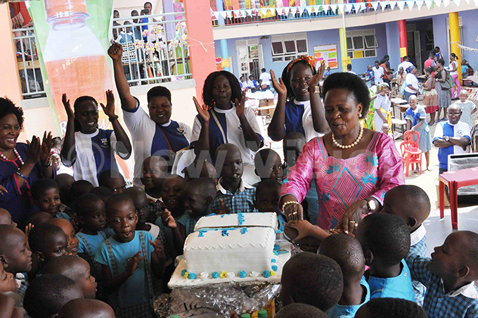 tate inister for environment r ary orreth itutu imono cuts a cake with pupils of seta arents school while teachers look on during art exhibition and christmas opera on aturday ovember 25 2017
