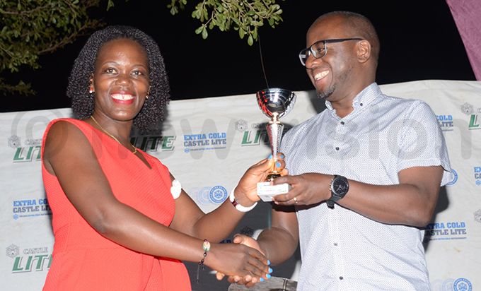 bararas odlive ayebare receives the overall ladies winners trophy from ihika hoto by ichael subuga
