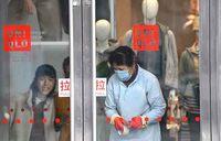 China shuts down transport in eight cities around virus epicenter
