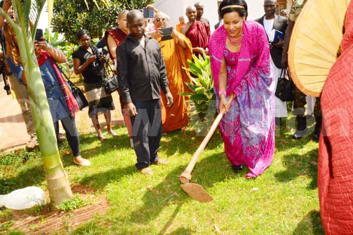 ooro queen mother est emigisha breaks the ground for the construction of the ganda uddhist ollege at the ganda uddhist enter in ntebbe