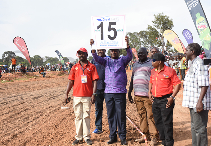 inister harles akkabulindi flagging off the 125cc race during the event hoto by ohnson ere