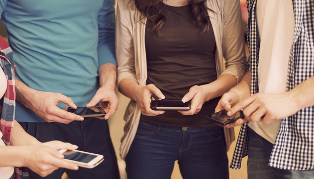 friendsusingiphonesmartphonesmobilefacebookapp100655413orig