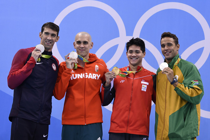 ingapores chooling oseph 2nd poses with silver medallists from s ichael helps ungarys aszlo seh and outh fricas had uy ertrand e los after he won the ens 100m utterfly inal during the swimming event at the io 2016 lympic ames at the lympic quatics tadium in io de aneiro on ugust 12 2016