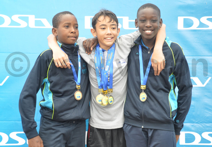 olphins aphael ine l ilverfins hite uben and endo aumi pose with their medals after dayone hoto by ichael subuga