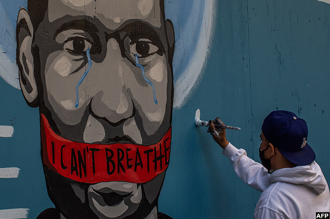 he artist elos paints a mural in owntown os ngeles on ay 30 2020 in protest against the death of eorge loyd hoto by pu omes