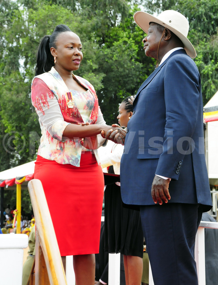 ally driver usan uwonge receives a medal from president useveni during the nternational omens ay celebrations