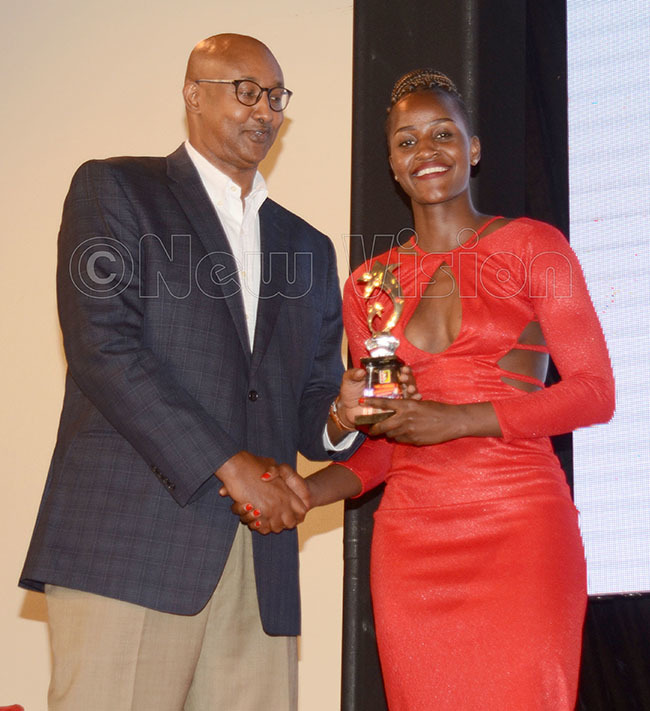 ohamed antur presents the  layoffs omen award to  olphins amila ansikombi during the  wards gala at abira ountry lub pril 7 2019 hoto by ichael subuga