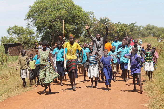 he locals run to welcome the ourney of ope walkers to omaratoit