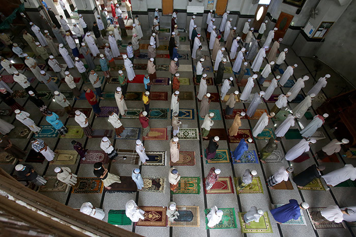uslim men practise social distancing as a preventive measure against the spread of the 19 novel coronavirus as they take part in riday prayers during the slamic holy month of amadan at a mosque in hana istrict in ongkla rovince on ay 8 2020 hoto by uwaedaniya